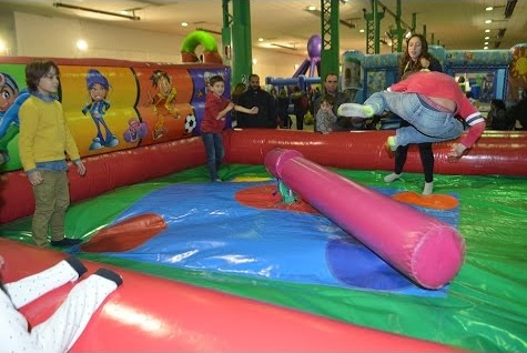 La decoración y el tema al organizar cumpleaños infantil en parque de bolas