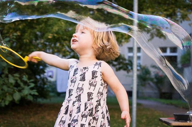 Cumpleaños infantiles con juegos de burbujas divertidas