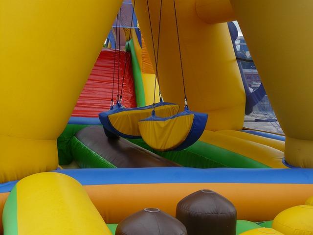 Alquiler de Castillo hinchable Wipeout para fiestas infantiles