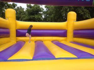 Divertidos castillos hinchables tipo Wipeout para fiestas infantiles